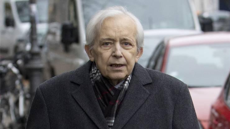 Der medienscheue Cornelius Gurlitt vor seiner Wohnung in München im November 2013.