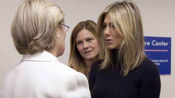 Schauspielerin Jennifer Aniston (rechts) spricht mit einer Brustkrebspatientin