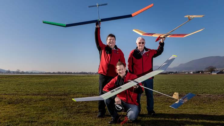 Kurt, Heinz und Michael Bleuer mit diversen Modellflugzeugen.