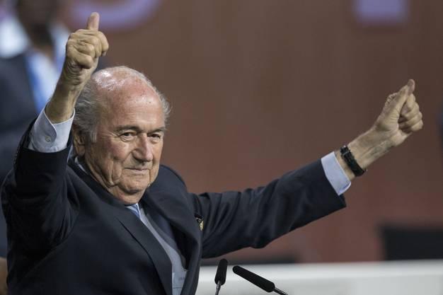 Sepp Blatter wird trotz Festnahmen von Personen aus seinem Umfeld vom Fifa-Kongress als Präsident des Fussballweltverbandes bestätigt.