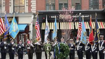 Ehrengarde an einem der Tatorte in Boston