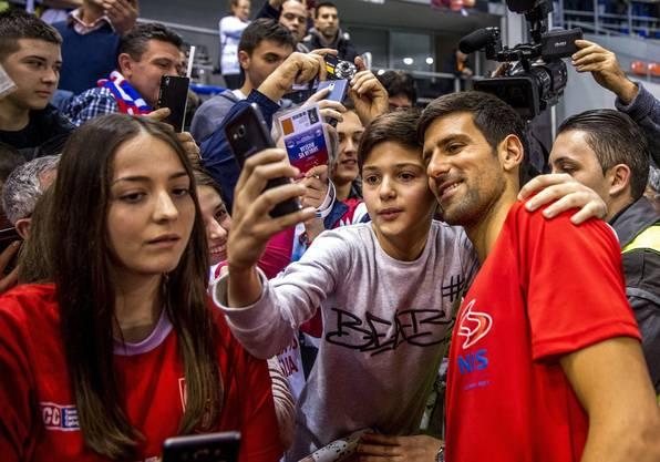 Novak Djokovic geniesst das Bad in der Menge.