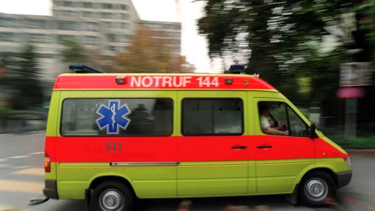 In Neuenegg BE ist ein Mann bei einem Unfall ums Leben gekommen. Er war mit seinem Lieferwagen mit einem Baum kollidiert und tödlich verletzt worden. (Symbolbild)