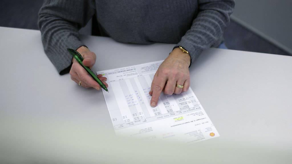 Würden bei der AHV und IV nicht so viele Rechnungen von Hand verarbeitet, liessen sich Millionen sparen. Ein IT-System würde im Prinzip zur Verfügung stehen. (Symbolbild)
