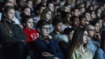 Total gebannt verfolgen die Schüler der Oberstufe Alain Gsponers Film «Jugend ohne Gott» nach Ödön von Horvath.