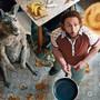 Schauspieler Dimitrij Schaad als Marc Uwe mit seinem Wohngenossen, dem Känguru