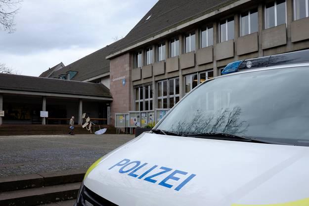 Ein grosses Polizeiaufgebot sicherte das Riehener Gemeindehaus für die Versteigerung ab.
