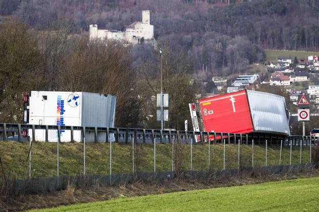 Ein durch den Sturm Burglind umgestürzter Lastwagen blockiert die Durchfahrt auf der Autobahn A1 Fahrtrichtung Bern zwischen Oensingen und Niederbipp.20180103_Burglind_CM_500