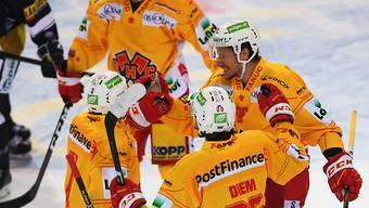 Damien Brunner (ganz rechts) freut sich mit seinen Teamkollegen über seinen ersten Treffer im Dress des EHC Biel