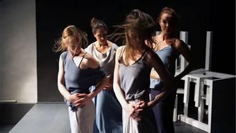 Die Tänzerinnen beim Proben einer Szene.