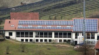 So präsentiert sich neuerdings das Dach des grossen FiBL-Gebäudes in Frick: 180 Photovoltaikmodule mit einer Gesamtfläche von 234 Quadratmetern sind montiert worden.  chr