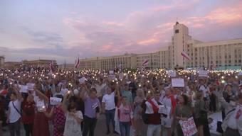 Die EU-Staaten erkennen das Wahlergebnis in Belarus nicht an. Zu diesem Entscheid kamen die Vertreter der EU nach einem Sondergipfel. Zudem will die EU-Kommission die Demokratiebewegung mit mehreren Millionen Euro unterstützen.