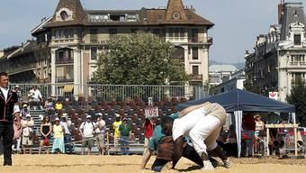Kampf zwischen zwei Schwingern heute Sonntag am 131. Westschweizer Schwingfest in Genf