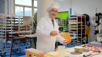 Der Maître de Savon, Hans Ulrich Wälchli, bei der Herstellung der Seifen.