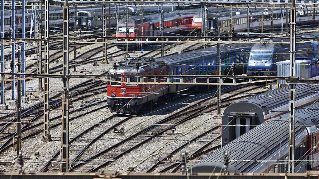 Der Bahnverkehr in und um den Bahnhof Bern kam am Freitag für einige Minuten zum Erliegen. Grund dafür war eine Fahrleitungsstörung (Archivbild).