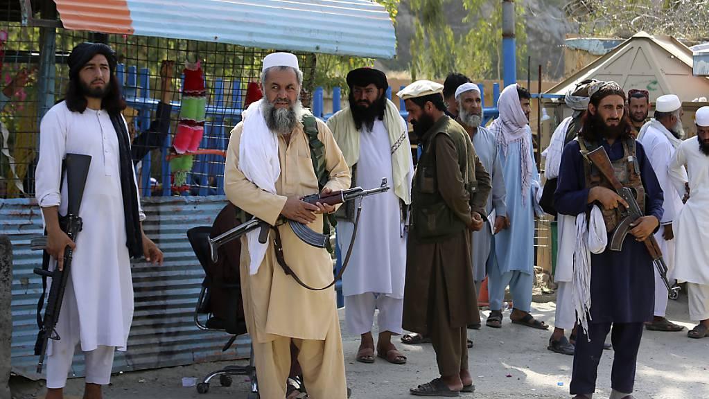 Kämpfer der Taliban stehen Wache an einem Grenzübergang. Laut Bericht der UN-Agentur zur Koordinierung humanitärer Hilfe (OCHA)am Mittwochabend ist die Sicherheitslage in Afghanistan seit der Machtübernahme der militant-islamistischen Taliban weitgehend ruhig. Foto: Muhammad Sajjad/AP/dpa
