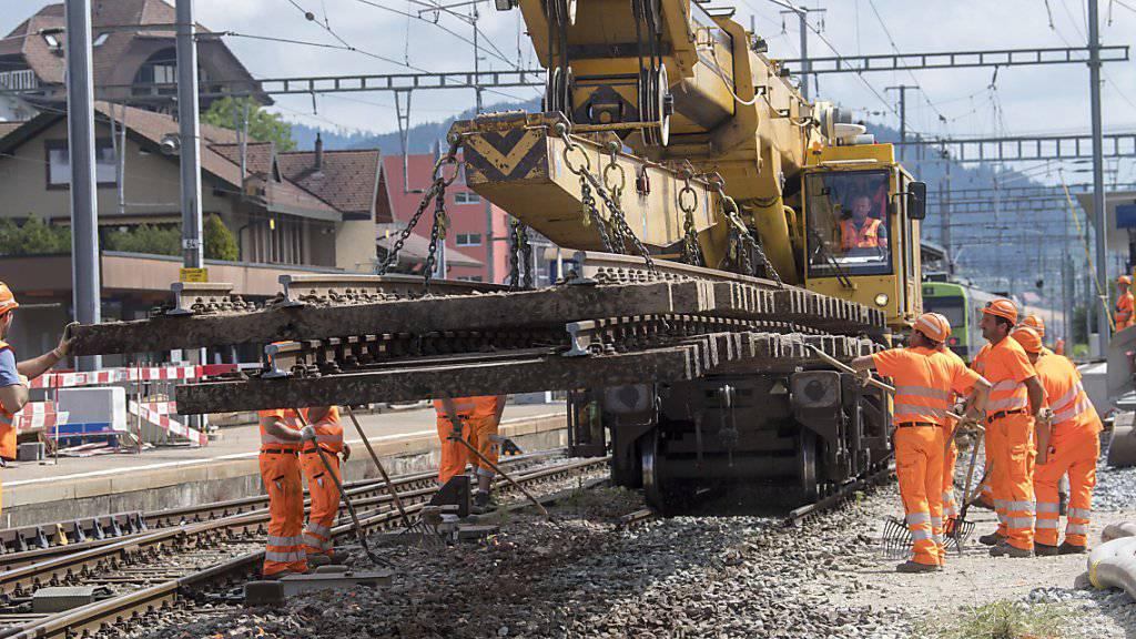 SBB-Mitarbeiter beim Ausbau von Schienen im Bahnhof Konolfingen. Der Bahnhof wird bis im Jahr 2020 ausgebaut. Aktuell wird an einem neuen Perron gearbeitet.