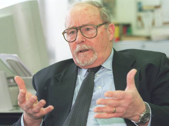 In Zurzach geboren, vertrat er seinen Bezirk im Grossen Rat und im Regierungsrat. Der CVP-Politiker absolvierte zwei Amtsperioden im Ständerat.