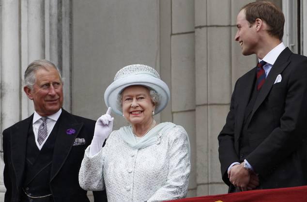Die Queen flankiert von Sohn Prinz Charles (l) und Enkel Prinz William auf dem Balkon des Buckingham Palastes