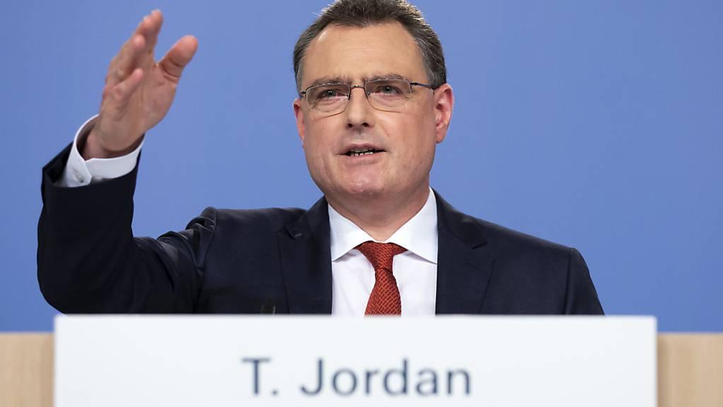 Thomas Jordan steht seit dieser Woche wieder auf der Kommandobrücke der Schweizerischen Nationalbank (SNB). Den vor gut fünf Wochen vorgenommenen medizinischen Eingriff am Herzen hat der frühere Wasserballer gemäss eigenen Aussagen gut überstanden. (Archivbild)