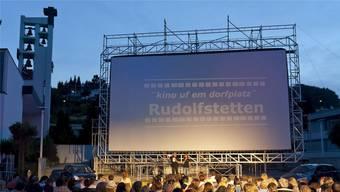 Das «kino uf em dorfplatz» Rudolfstetten lockt seit 21 Jahren jeden Sommer Hunderte Zuschauer ins Dorfzentrum.