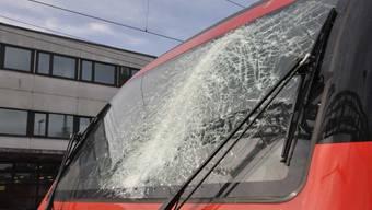 Eine von einem Kran hängende Metallkette hat am Montag in Gretzenbach SO die Frontscheibe einer SBB-Lokomotive getroffen.
