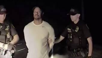 Auf Videoaufnahmen von seiner Festnahme wegen des Fahrens unter Rauschmitteleinfluss wirkt Ex-Golf-Superstar Tiger Woods desorientiert und unkonzentriert.