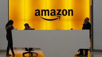 Der US-Konzern Amazon hat im 1. Quartal 2020 beim Umsatz kräftig zugelegt. Der Gewinn schrumpfte dagegen. (Archivbild)