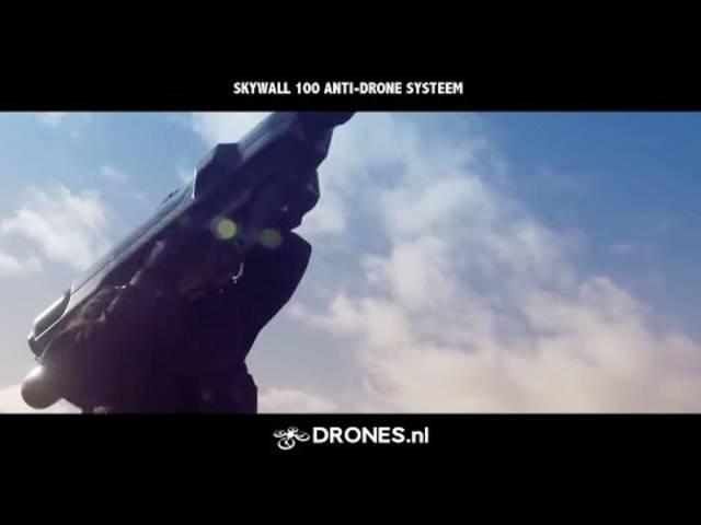 Das Netzgewehr Skywall 100 fängt Drohnen auf eindrückliche Art und Weise