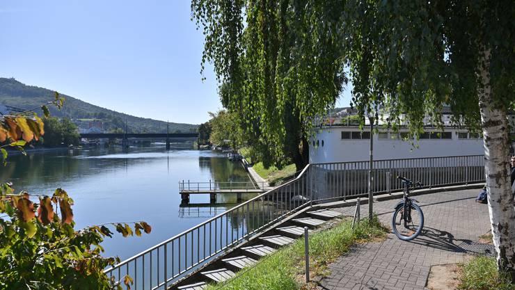 Als eine der drei Varianten schlägt der Stadtrat einen wasserseitigen Steg dem Aareufer entlang der Badi vor.