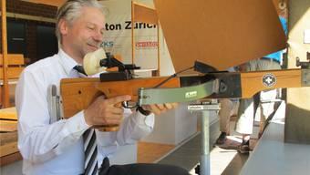 Der höchste Stadtzürcher, Roger Bartholdi (SVP), hat schon viele Kugeln abgefeuert – an der Armbrust versuchte er es gestern jedoch zum ersten Mal.