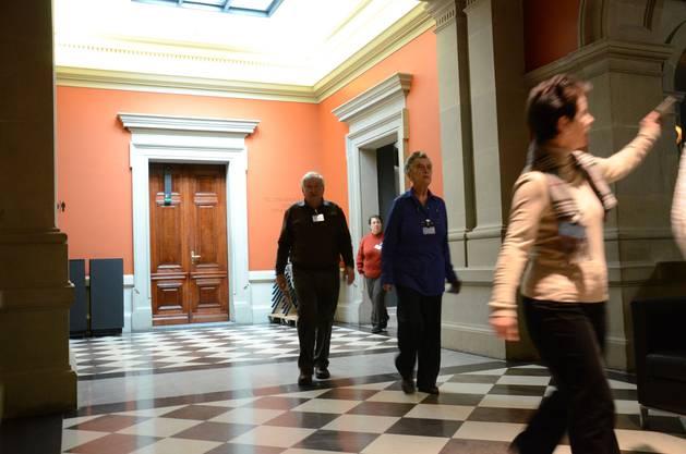 Nach dem Gespräch führte Ursula Pfister die Gruppe durch die Parlamentssäle und die Eingangshalle des Bundeshauses