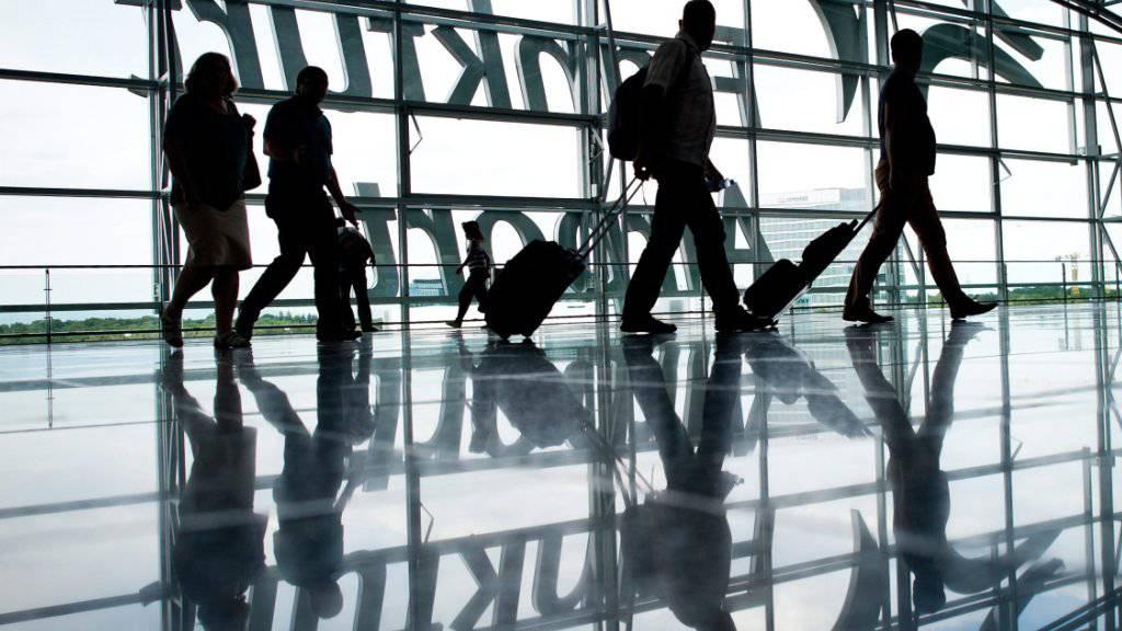 Der Flughafen Frankfurt will früher als geplant mehr Platz schaffen für Billigflieger-Passagiere. (Archivbild)