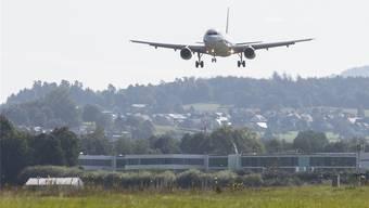 Der Forschungs-Airbus A320 landet auf dem Flugplatz Dübendorf.