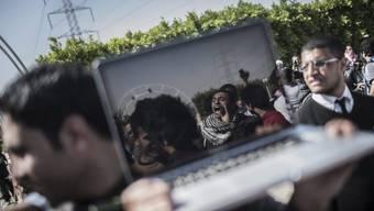 Ein ägyptischer Journalist filmt eine Demonstration ausserhalb von Kairo (Archiv)
