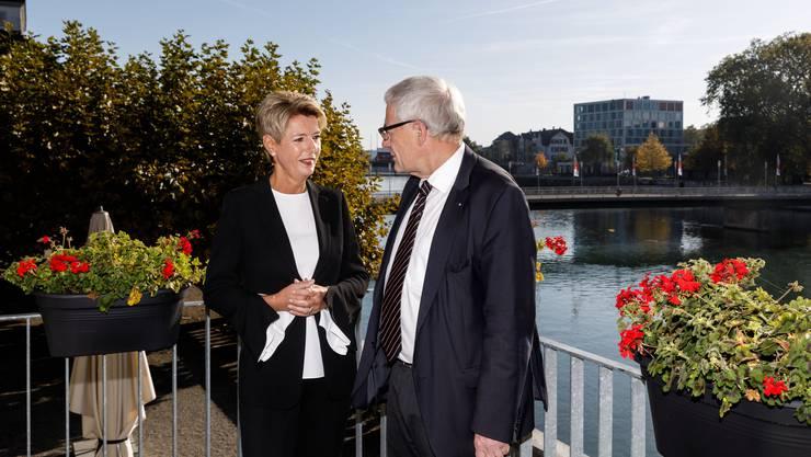Die Bundesrätin im Gespräch mit Nationalrat und Gastgeber Kurt Fluri