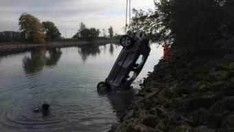 Ein Kran hob das verunfallte Fahrzeug am Montag aus dem Nidau-Büren-Kanal. Der Lenker hatte sich ans Ufer retten können.