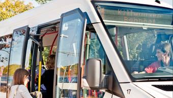 Bild aus vergangenen Tagen: RVBW-Chauffeur gibt Tickets heraus.