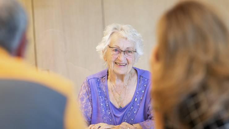 Seniorin Mathilde Wild freut sich über den Besuch ihrer Tochter und ihres Schwiegersohns an ihrem 87. Geburtstag.