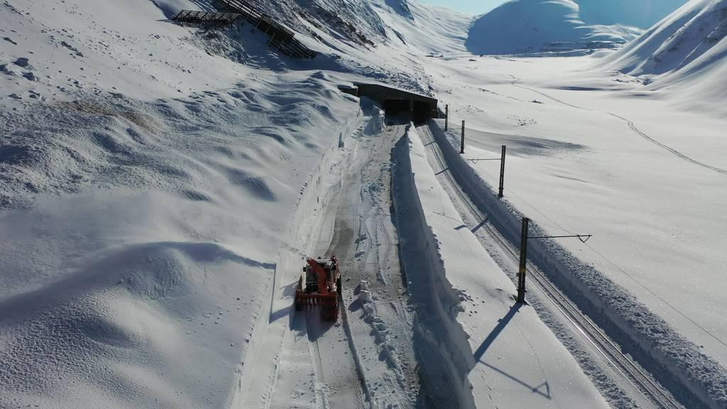 Viel Schnee und tiefe Temperaturen erschweren Räumungsarbeiten