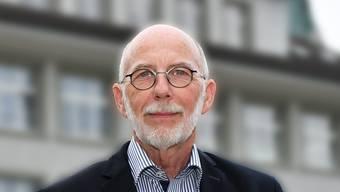 Hans Sigrist präsentierte am Mittwochabend im Hägendörfer Oberdorf-Schulhaus die mittlerweile 7. Ausgabe der Hägendörfer Jahrringe.