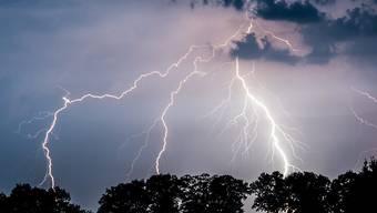 Blitzeinschläge verletzten mehrere Menschen in Deutschland und Frankreich - und töteten einen Wanderer in Polen. (Archiv)