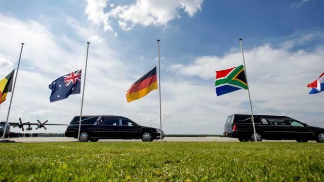 Leichenwagen verlassen den Flughafen von Eindhoven