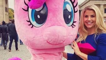"""Beatrice Egli (r) mit dem """"kleinen"""" Pony Pinkie Pie. Nächste Woche kommt der Animationsfilm """"My Little Pony - The Movie"""" in die Kinos. Egli synchronisiert eine Nebenfigur. (Instagram)"""