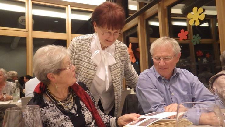 Rosmarie Imboden, Ehrenmitglied Hildegard Dunz und Mario Müller beim Fotostudium