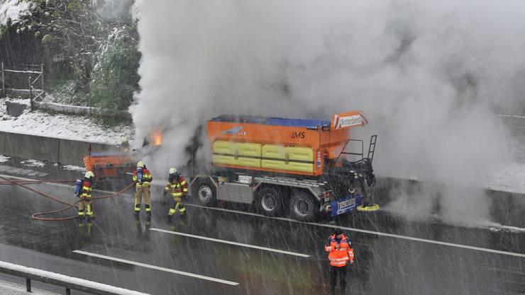 Auf der Autobahn A4, Fahrtrichtung Luzern, zwischen Cham und Rotkreuz, geriet am Freitagmorgen ein Schneeräumungsfahrzeug in Brand.