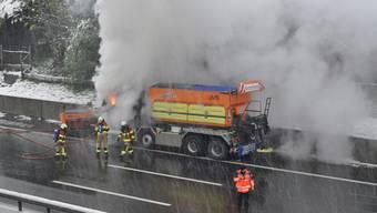Schneepflug gerät in Rotkreuz ZG in Brand (28.04.17)