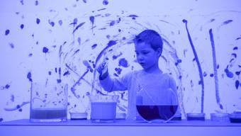 In Basel findet die Museumsnacht statt. Im Kunstmuseum mit Farben experimentieren.