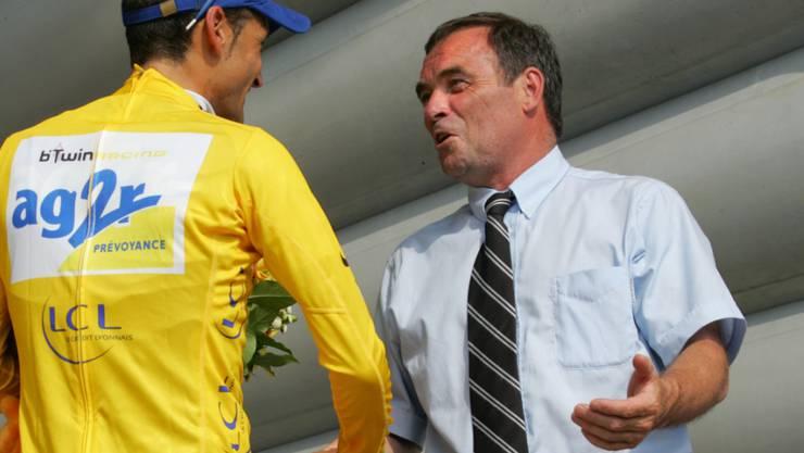 Bernard Hinault gratuliert 2006 nach einer Etappe dem damaligen Gesamtführenden