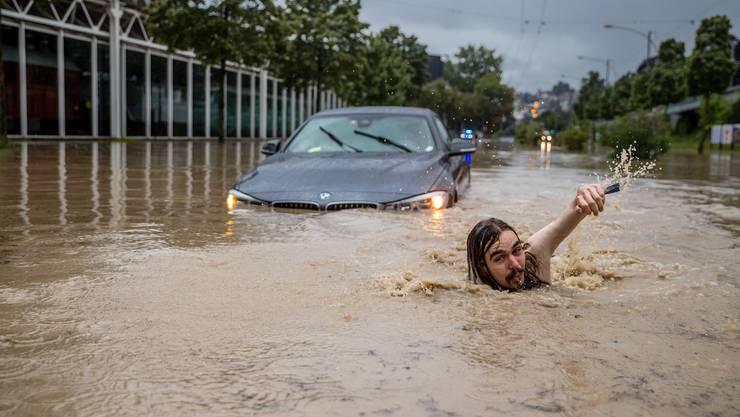 Hochwasser und Überschwemmung nach einem starken Unwetter auf der Haldenstrasse in Luzern.